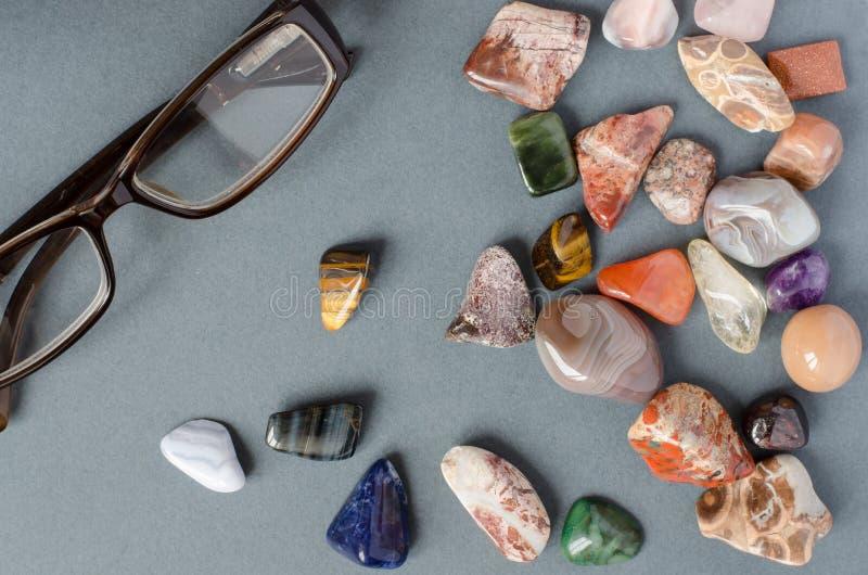 Inzameling van edelstenen op een grijze achtergrond stock afbeelding