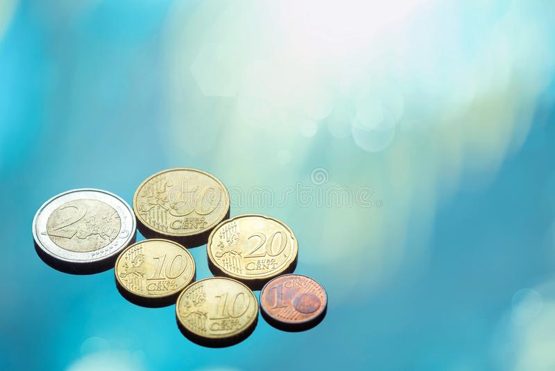 Inzameling van Euro die muntstukken op het glas worden geplaatst stock foto