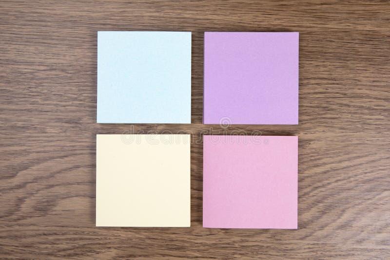 Inzameling van gekleurde notadocumenten op houten achtergrond stock fotografie