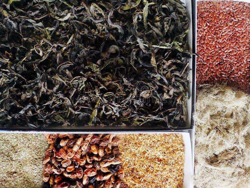 Inzameling van geneeskrachtig kruiden, bessen en zadenclose-up royalty-vrije stock afbeeldingen