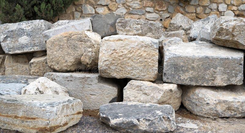 Inzameling van grote stenen bovenop elkaar stock afbeelding