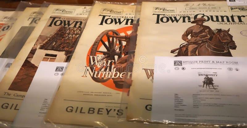 Inzameling van van het de Stadsland van ` Australische het dagboek` tijdschriften in de antieke drukopslag De gedateerde vroege j royalty-vrije stock foto