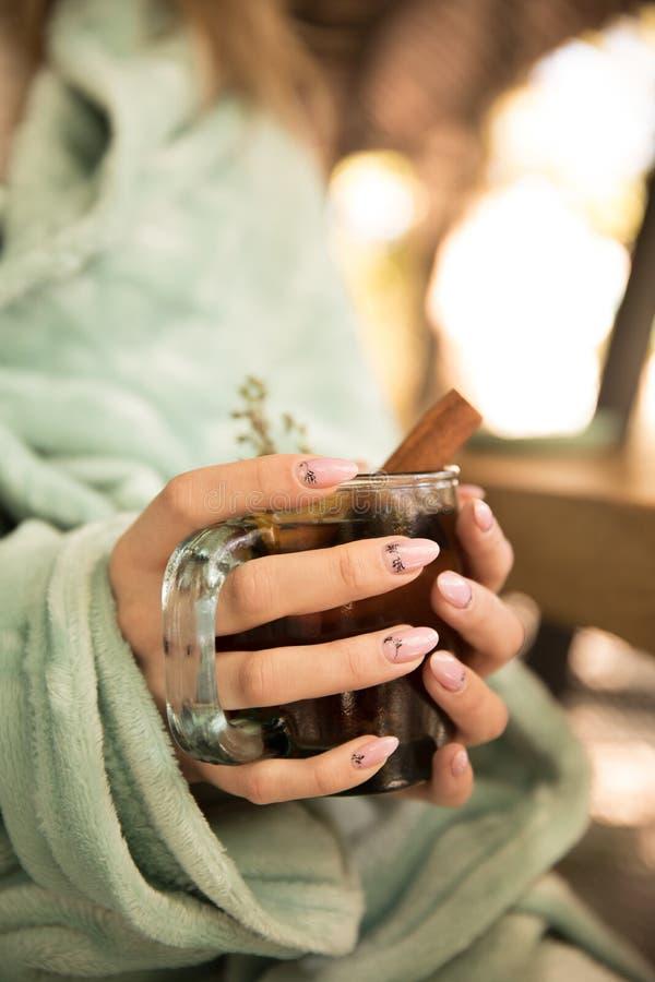 Inzameling van hete dranken in een glas met dubbele geïsoleerde muren Cacao, koffie, thee stock afbeeldingen
