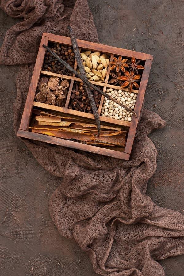 Inzameling van Indische kruiden in doos op donkere achtergrond Hoogste mening royalty-vrije stock foto's