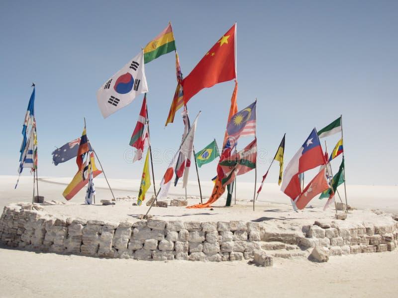 Inzameling van Internationale Vlaggen in de Boliviaanse Woestijn stock foto's