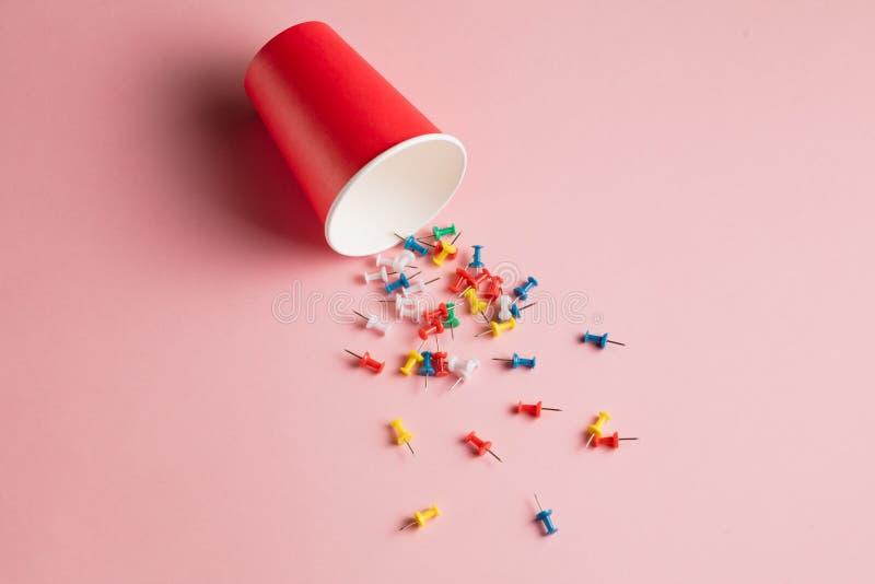 Inzameling van kleurrijke die punaisen op roze achtergrond wordt geïsoleerd vector illustratie