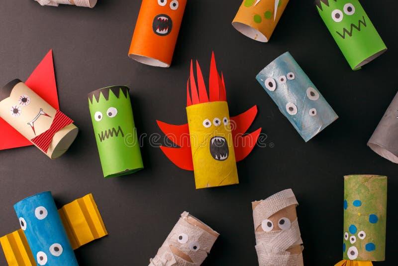 Inzameling van Monsters van het broodje van de toiletbuis voor Halloween-decor Een vreselijke ambacht School en kleuterschool Cre stock foto