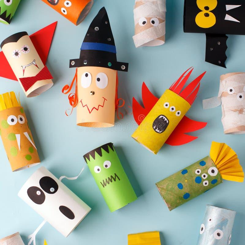 Inzameling van Monsters van toiletbuis voor Halloween-decor Een vreselijke ambacht School en kleuterschool Handcraft creatief ide royalty-vrije stock afbeeldingen