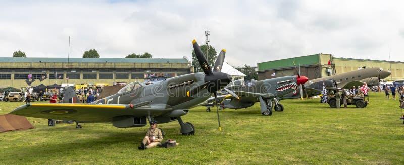 Inzameling van oude wereldoorlog twee vliegtuigen in een AirShow in het UK stock afbeeldingen