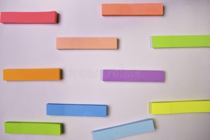 Inzameling van verschillende gekleurde bladen van notadocumenten die op witte achtergrond wordt geïsoleerd royalty-vrije stock foto