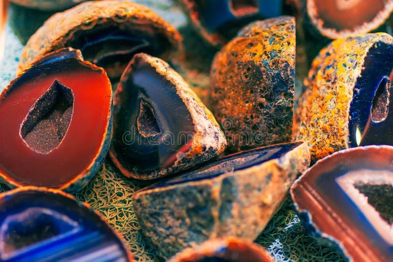 Inzameling van verschillende kristallen Halfedelstenenpatroon Kristaldwarsdoorsnede Achtergrond van verschillende gekleurde halfe royalty-vrije stock afbeelding