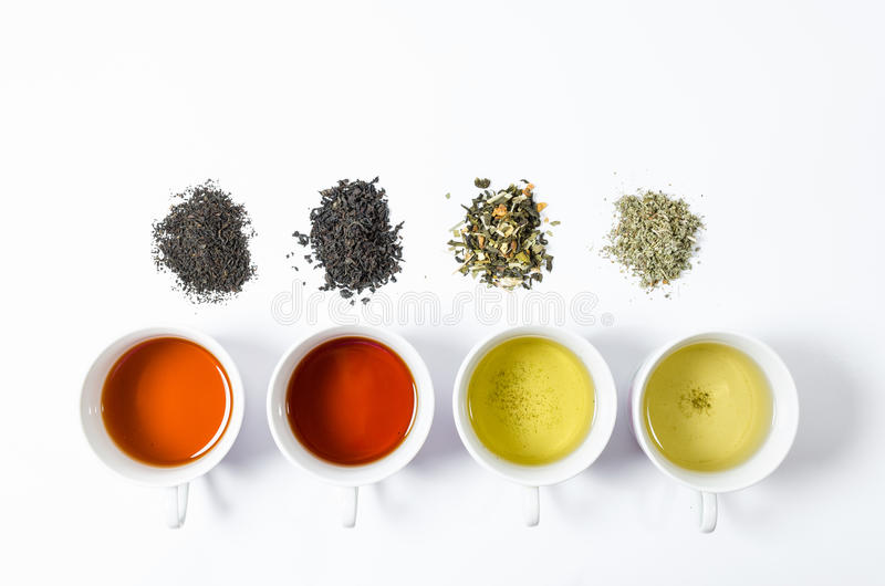 Inzameling van verschillende theeën in koppen met theebladen op een witte achtergrond stock foto