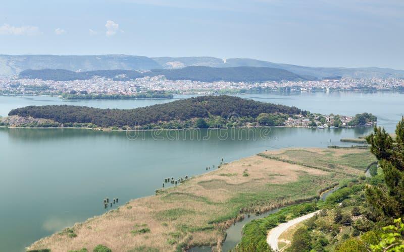 Ioannina e lago Pamvotis, Nissaki no primeiro plano, Grécia imagens de stock