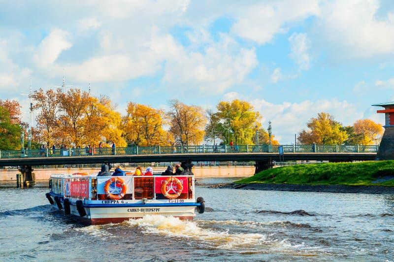 Ioannovsky o ponte e barca a vela di St John che galleggiano sullo stretto di Kronverk a St Petersburg, Russia immagine stock libera da diritti