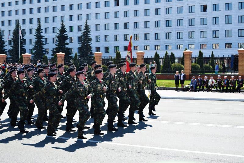 Iochkar-Ola, Russie - 9 mai 2016 Victory Parade Les soldats démontrent leur promptitude pour défendre leur patrie image libre de droits