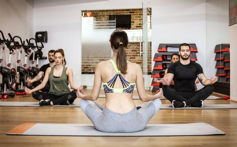 A ioga é boa para nossa saúde foto de stock
