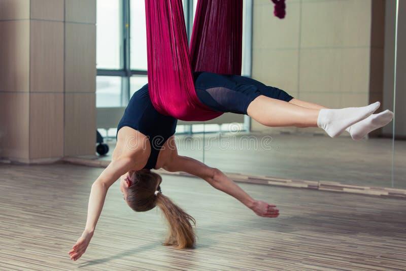 Ioga aérea que pratica - anti gravidade com scarves foto de stock royalty free