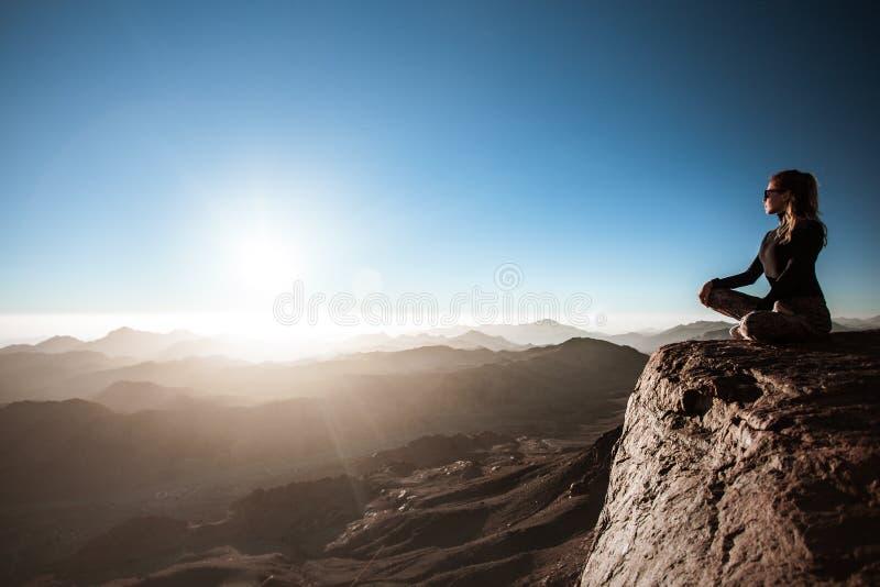 Ioga bonita das práticas da jovem mulher na montanha de Moses fotos de stock