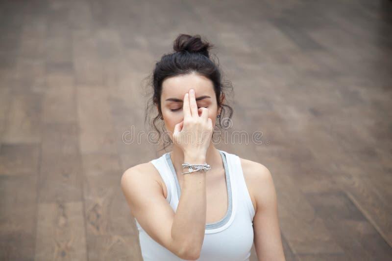Ioga bonita: pranayama do shodhana do nadi imagens de stock royalty free