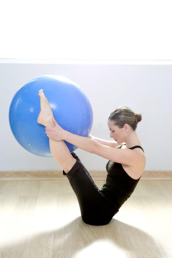 Ioga da aptidão da ginástica da esfera da estabilidade da mulher de Pilates foto de stock
