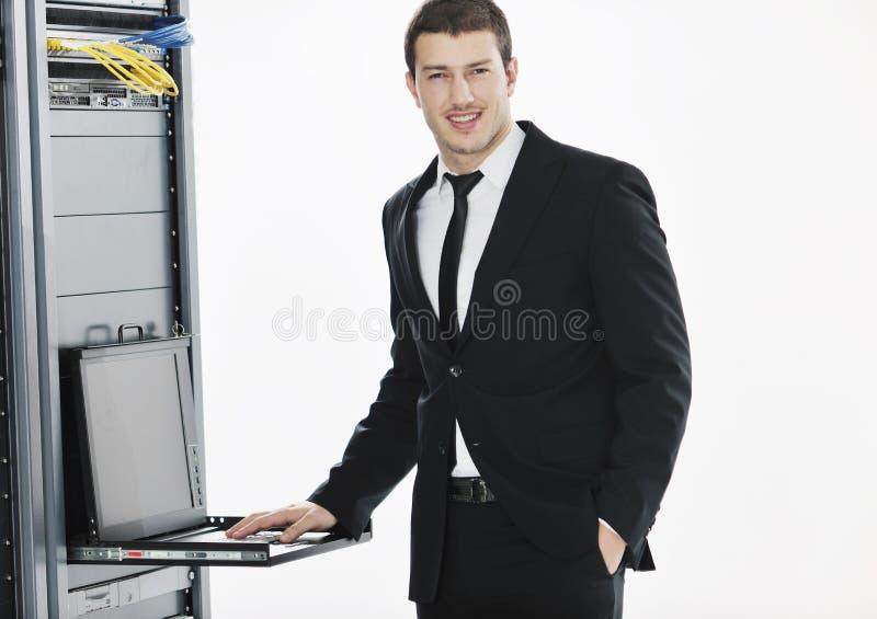Ioga da prática do homem de negócio no quarto do server de rede imagens de stock