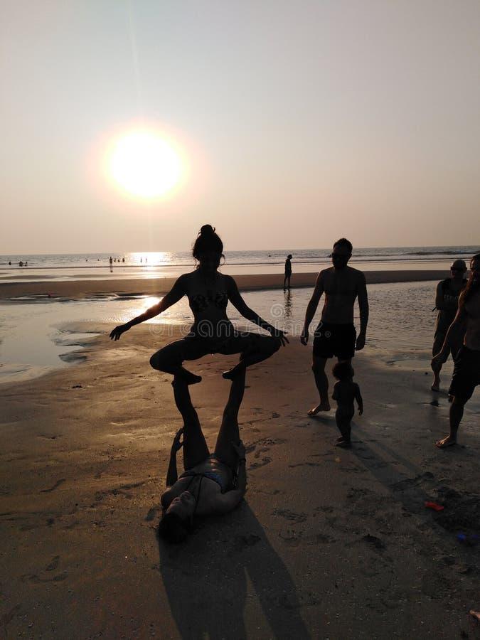 Ioga da praia de Ashvem no por do sol Goa, India foto de stock royalty free