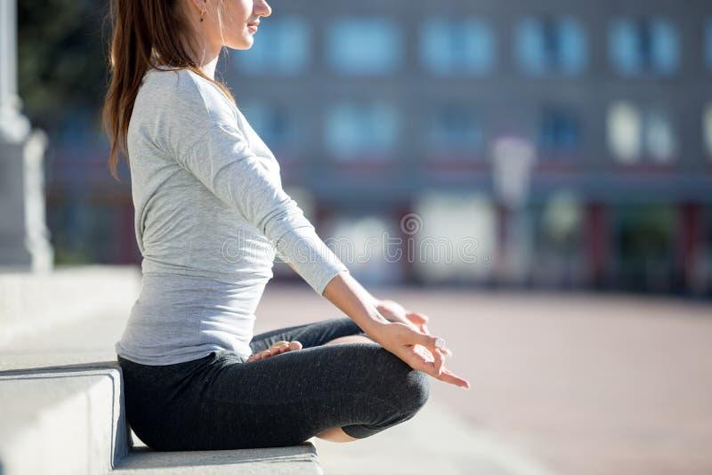 Ioga da rua: meditação fotografia de stock