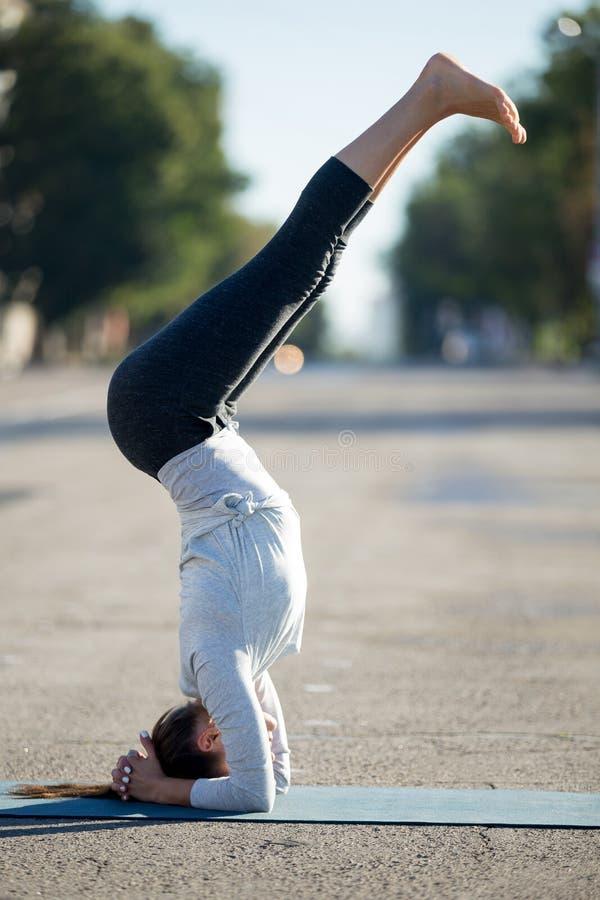 Ioga da rua: pose apoiada da ioga do headstand imagem de stock