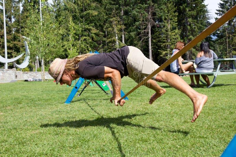 Ioga de Slackline no festival do desejo por viajar no assobiador, Canadá imagens de stock royalty free