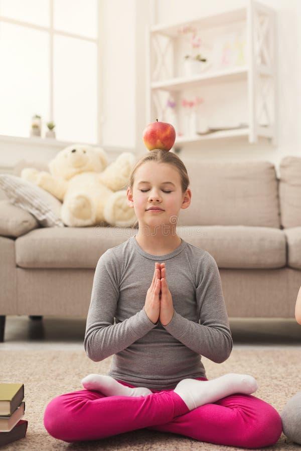 Ioga do treinamento da menina junto dentro imagens de stock royalty free