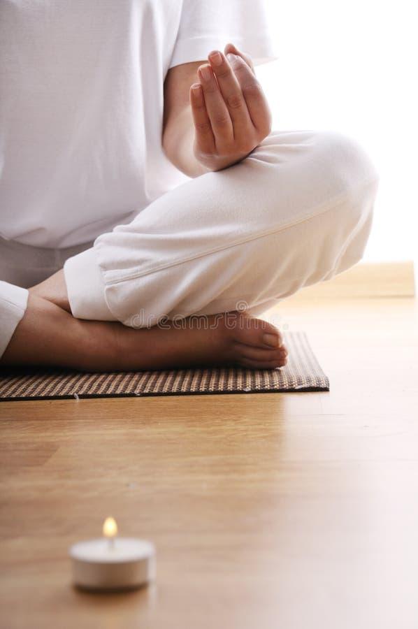 Ioga e meditação da mulher nova imagens de stock