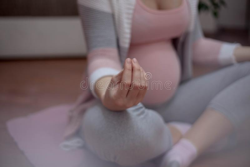 Ioga grávida foto de stock
