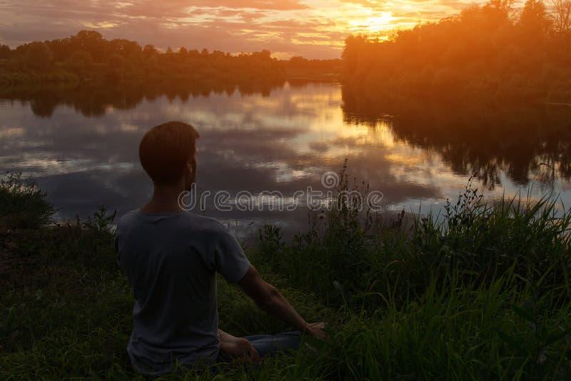 Ioga, homem na meditação da pose dos lótus imagens de stock royalty free