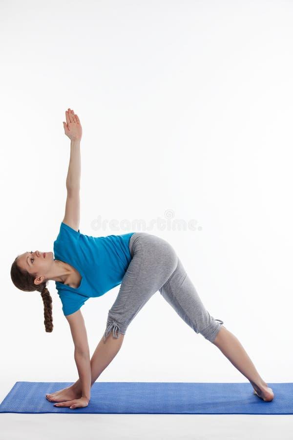 Ioga - mulher bonita nova que faz o excerise do asana da ioga isolado imagem de stock