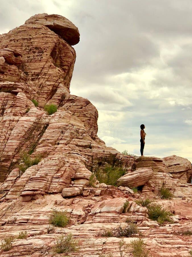 Ioga na área vermelha da conservação da rocha, Nevada do sul, EUA imagem de stock