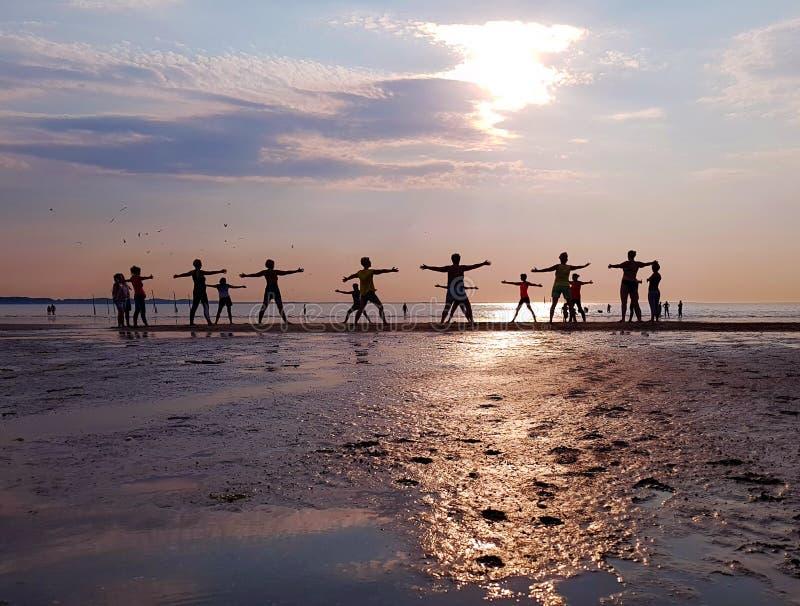 Ioga na praia fotos de stock