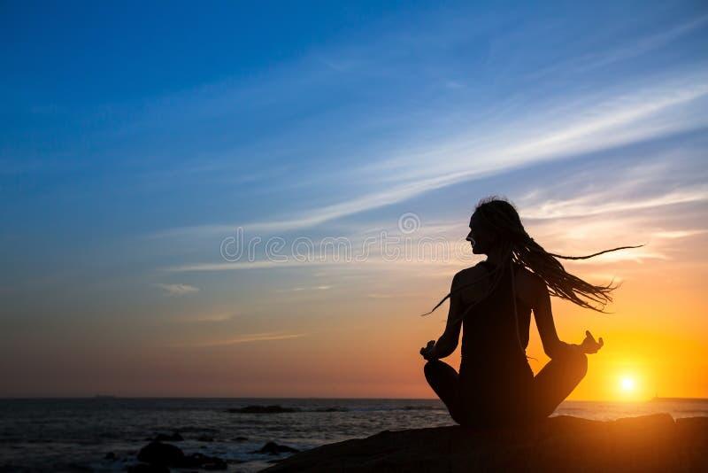 Ioga praticando da jovem mulher bonita Aptidão e estilo de vida saudável fotos de stock