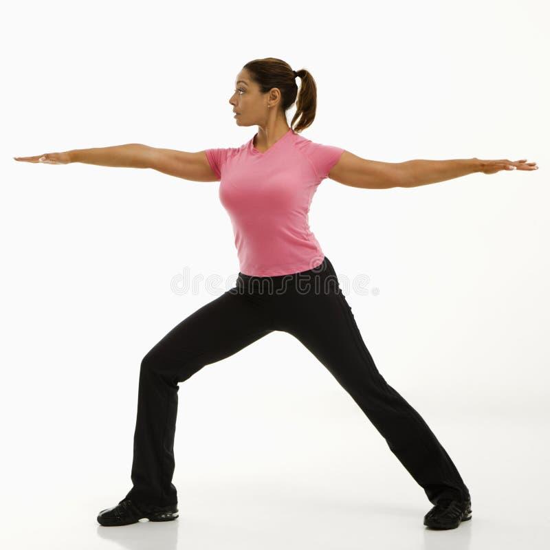 Ioga praticando da mulher. fotos de stock royalty free