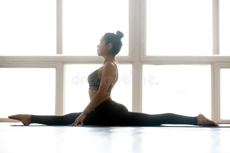 Ioga praticando da mulher atrativa desportiva nova, fazendo o deus do macaco imagens de stock royalty free