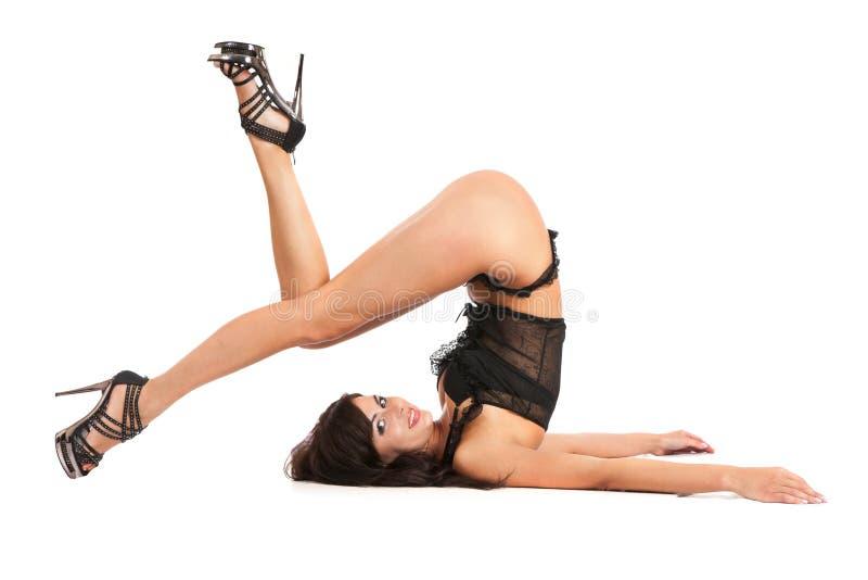 Ioga praticando da mulher 'sexy'. Desgasta sapatas bonitas imagem de stock