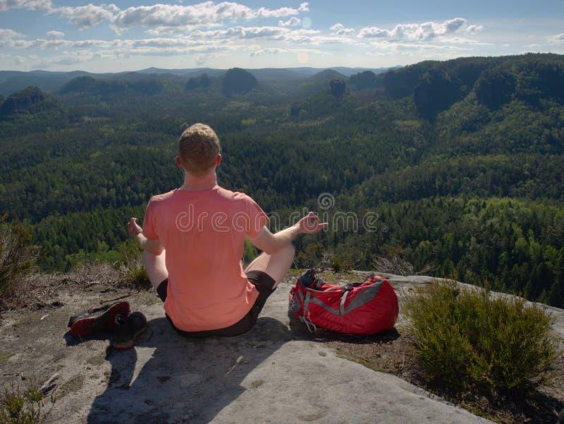 Ioga praticando e meditação do homem de meia idade nas montanhas fotos de stock