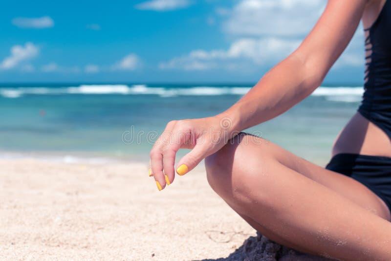 Ioga praticando no DUA de Nusa da praia, ilha tropical da mulher atrativa saudável nova de Bali, Indonésia Espaço livre para imagens de stock