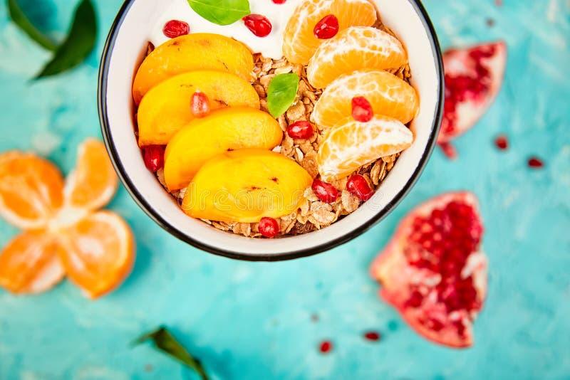 Iogurte caseiro do granola do caf? da manh? do fruto tropical Saud?vel fotografia de stock