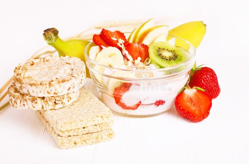 Iogurte com frutos e cereais exóticos foto de stock