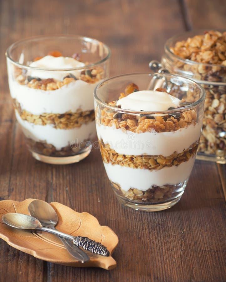 Iogurte com granola caseiro imagens de stock