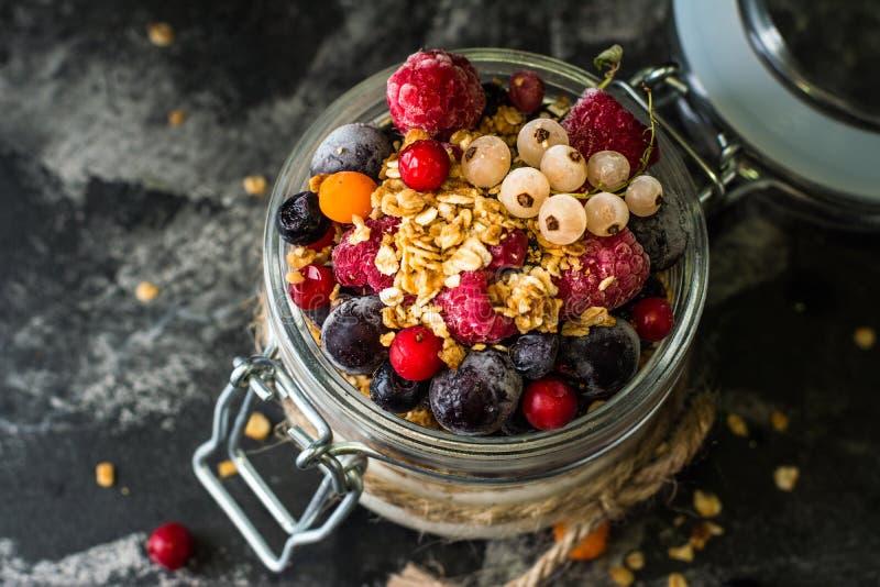 Iogurte com granola e bagas no frasco pequeno, morangos, mirtilos , corinto preto sweetness Yogurt caseiro fotos de stock royalty free