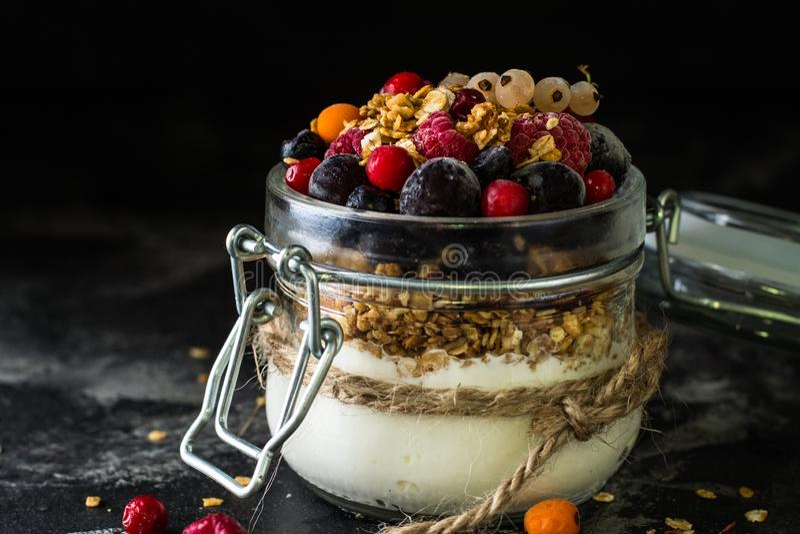 Iogurte com granola e bagas no frasco pequeno, morangos, mirtilos , corinto preto sweetness Yogurt caseiro Alimento saudável foto de stock royalty free