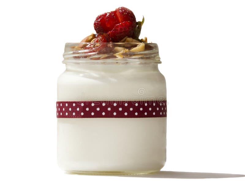 Iogurte com morangos e granola em um isolat transparente do frasco imagem de stock royalty free