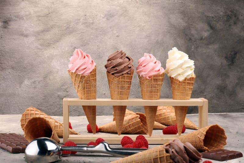 Iogurte congelado baunilha ou gelado macio no cone do waffle imagens de stock royalty free