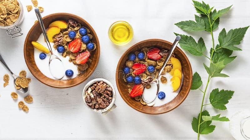 Iogurte de fruto, cereal de café da manhã saudável com fruto, iogurte de fruto, frutos completos, leite, bacia, muesli, grão inte imagens de stock royalty free